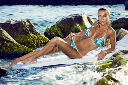Photo pour Modèle en bikini sur mer - image libre de droit