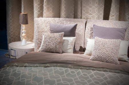 Photo pour Détail de lit de luxe classique et oreillers - image libre de droit