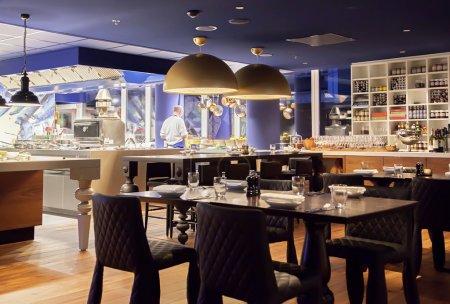 Photo pour Le restaurant de amsterdam moderne avec cuisine ouverte - image libre de droit