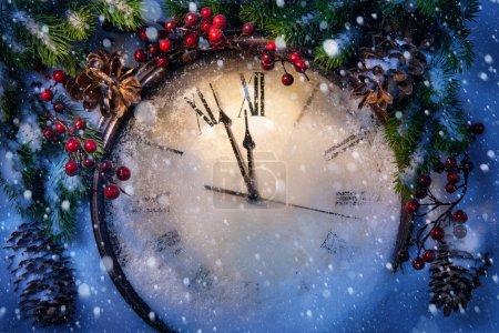 Foto de Ramas de abeto y reloj de Navidad cubren de nieve - Imagen libre de derechos