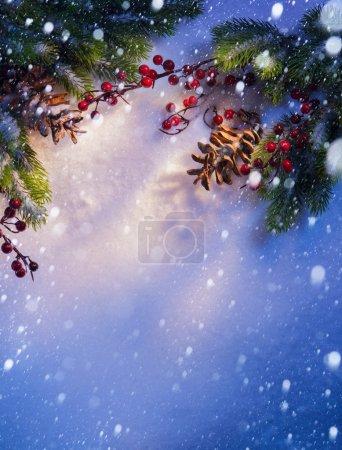 Foto de Fondo de Navidad nieve azul, marco de ramas de abeto - Imagen libre de derechos