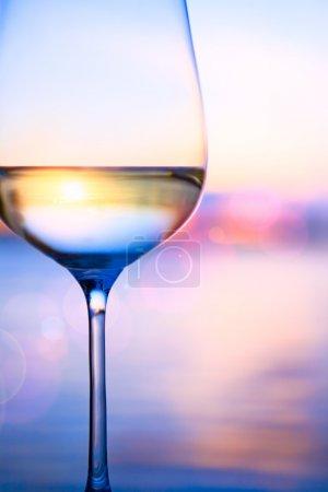 Foto de Vino blanco sobre el fondo del mar de verano - Imagen libre de derechos