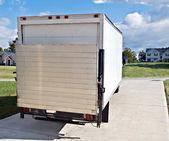 Velký kamion nebo van v domě