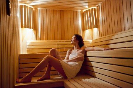 Photo pour Fille dans sauna - image libre de droit