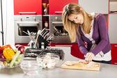 Mladá žena v kuchyni