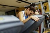 mujer joven de entrenamiento en el gimnasio