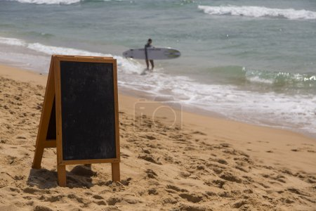 Photo pour Panneau blanc sur la plage - image libre de droit