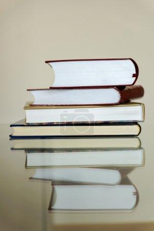 Photo pour Livres sur la table en verre - image libre de droit