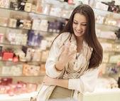 Hezká mladá žena v parfumerii