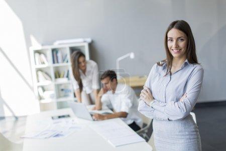 Photo pour Des jeunes qui travaillent ensemble au bureau - image libre de droit