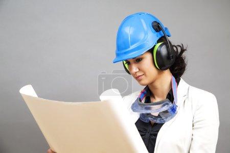 Photo pour Jeune femme en tenue de travail protectrice - image libre de droit