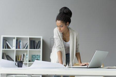 Photo pour Jeune femme dans le bureau - image libre de droit
