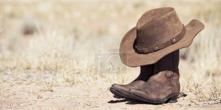 Photo pour Brune bottes et chapeau de cowboy extérieure vue panoramique - image libre de droit