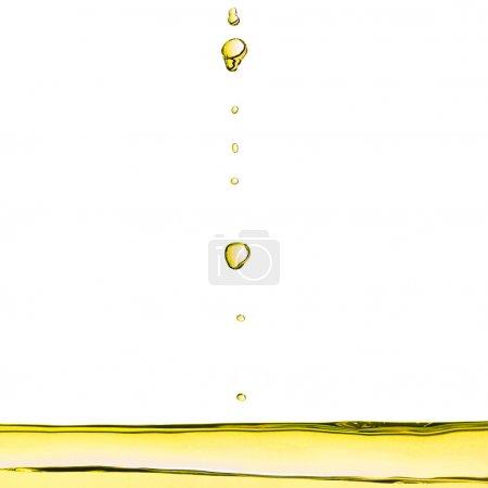 Photo pour Détail de gouttelettes liquides d'huile d'olive - image libre de droit