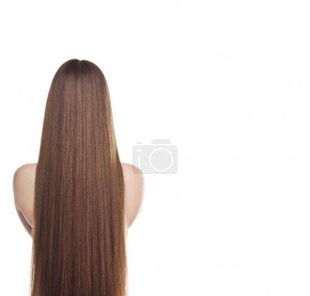 Foto de Retrato de mujer hermosa con el pelo largo y recto sobre fondo blanco, vista desde la parte posterior - Imagen libre de derechos