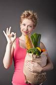 Schöne Frau mit Obst und Gemüse