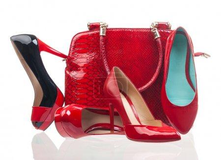 Photo pour Rouge chaussures de mode femmes et sac à main sur blanc - image libre de droit