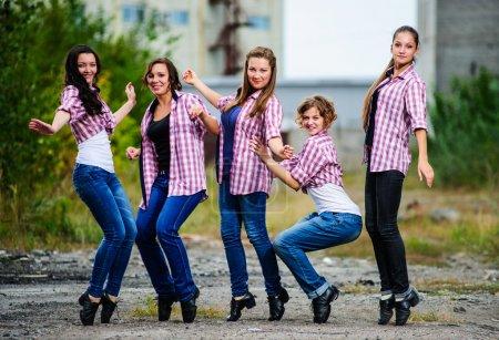 Photo pour Groupe de danseurs de tap européen yang exécuter en plein air. - image libre de droit