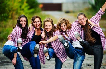 Photo pour Groupe de danseurs de claquettes européens yang effectuer en plein air . - image libre de droit