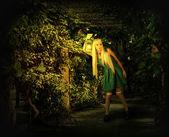 Fiatal szőke nő besétál az elvarázsolt erdő