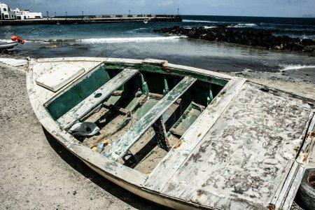 Photo pour Bateaux de pêche sur la côte dans le village de Taganana, Tenerife, Îles Canaries, Espagne - image libre de droit
