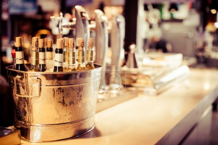 Photo pour Bar à vin dégustation mis en place plateau décoration bouteilles dans le restaurant - image libre de droit