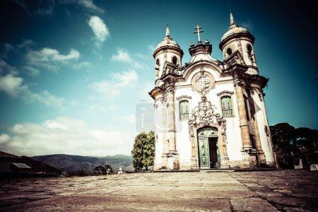 Photo pour Vue sur l'Igreja de Sao Francisco de Assis de la ville du patrimoine mondial de l'Unesco ouro preto in minas gerais brazil - image libre de droit