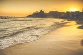 """Постер, картина, фотообои """"теплый закат на пляже Ипанема с людей, Рио-де-Жанейро, Бразилия"""""""