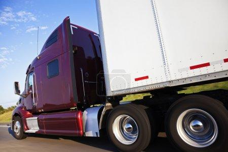Photo pour Semi-camion en mouvement - vu sur l'autoroute dans le Nebraska . - image libre de droit