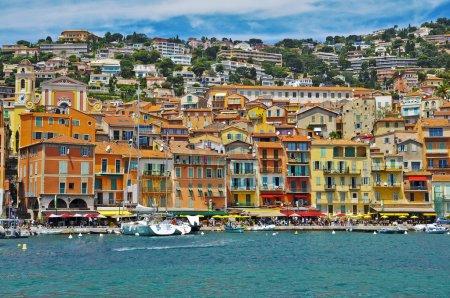 Photo pour Belles maisons colorées, boutiques et villas dans un complexe de luxe en France - image libre de droit