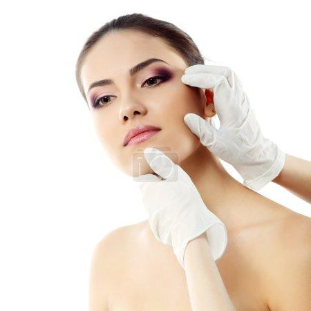 Photo pour Belle jeune visage féminin avec un traitement de beauté isolé sur blanc - image libre de droit