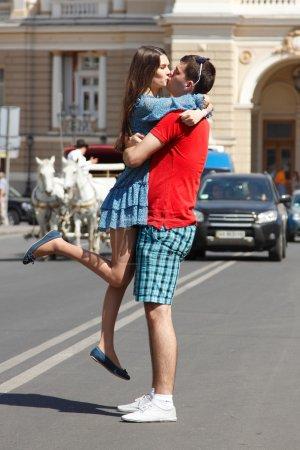 Photo pour Histoire d'amour de jeune couple câlin et baiser en ville d'été - image libre de droit