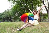 žena sedí na trávníku