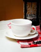 šálek kávy zrnkové kávy na krásné pozadí
