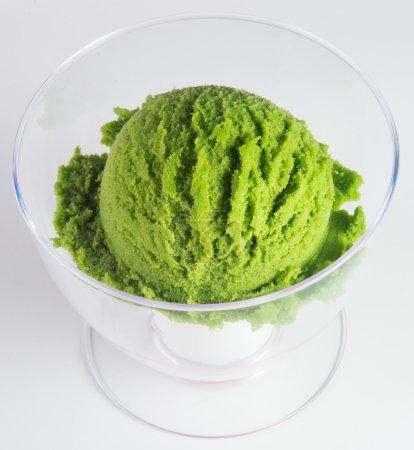 Photo pour Crème glacée. crème glacée au thé vert sur fond - image libre de droit