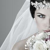Gyönyörű menyasszony portréja. esküvői ruha. esküvői dekoráció