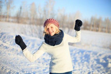 Photo pour Joyeux jeune femme en vêtements d'hiver - image libre de droit