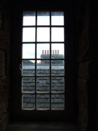 Photo pour Vieille fenêtre dans une maison hsitorique - image libre de droit
