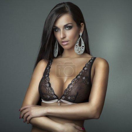 Foto de Atractiva chica glamour con sujetador - Imagen libre de derechos