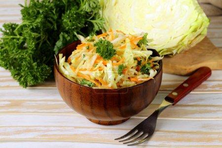 Photo pour Salade de chou (salade de chou, carotte et mayonnaise) ) - image libre de droit
