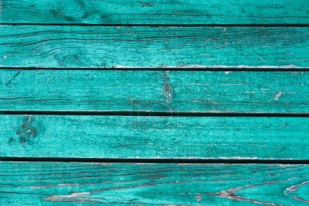 Photo pour Fragment le bouclier de planches horizontales parallèles en bois peint en vert - image libre de droit