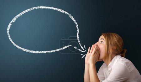 Photo pour Jeune femme avec espace de bulle et copie des discours modernes - image libre de droit