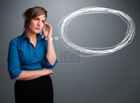 Photo pour Belle jeune femme qui pense à la parole ou à la bulle de pensée avec espace de copie - image libre de droit