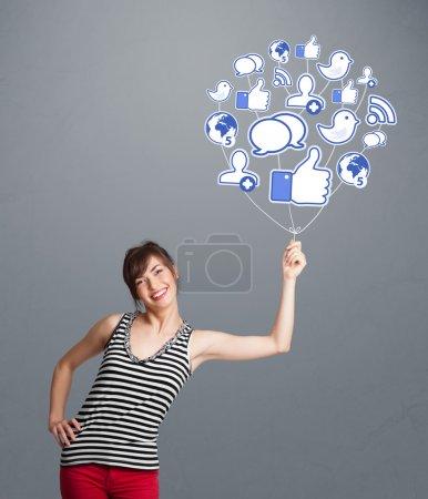 Photo pour Jeune jolie femme tenant ballon icône sociale - image libre de droit
