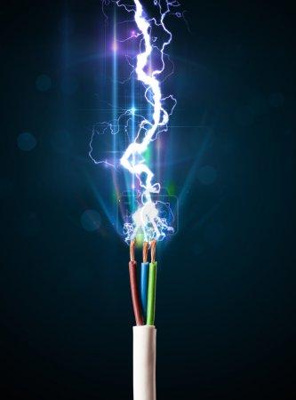 Photo pour Gros plan de câble électrique avec un brillant éclair électricité - image libre de droit