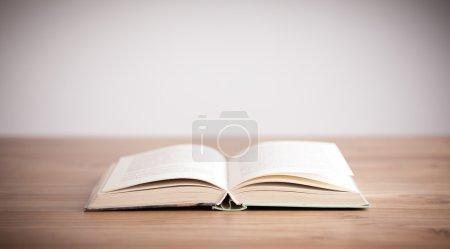 Photo pour Ouvrez le livre sur fond de bois - image libre de droit