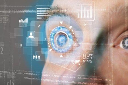 Photo pour Cyber-homme moderne futuriste avec concept de panneau visuel d'écran de technologie - image libre de droit