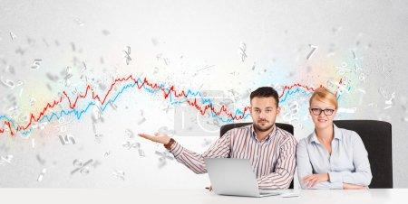 Photo pour Homme d'affaires et femme assis à la table avec le graphique du marché boursier lettre 3d - image libre de droit
