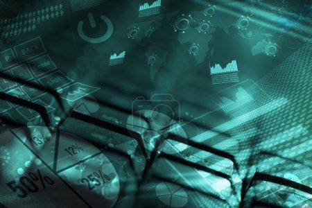 Foto de Teclado de ordenador con gráficos brillantes, concepto de marketing digital - Imagen libre de derechos