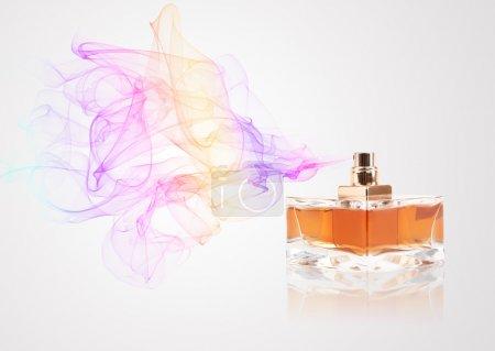 Photo pour Bouteille de parfum parfum coloré de pulvérisation - image libre de droit